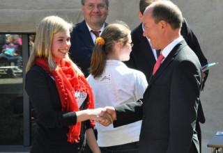 """Das Gymbo wurde beim diesjährigen Wettbewerb """"Jugend gestaltet"""" würdig von Franziska Vellmer aus der Klasse 10c vertreten. Franziska nahm freudestrahlend die Glückwünsche des Landrates Kubendorff sowie ein Präsent entgegen."""