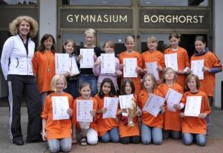 Stolz präsentieren die Sportlerinnen mit ihrer Lehrerin Sigrid Schieferbein den Pokal.